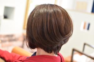 直毛さんで動きの少ない髪にはカットでメリハリを